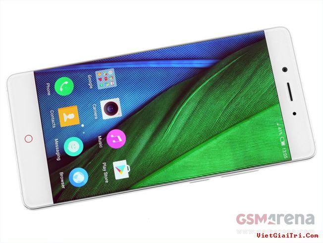 ZTE Nubia Z11 được trang bị màn hình IPS kích thước 5,5 inch, độ phân giải Full HD (1.920×1.080 pixel), mật độ điểm ảnh 401 ppi.