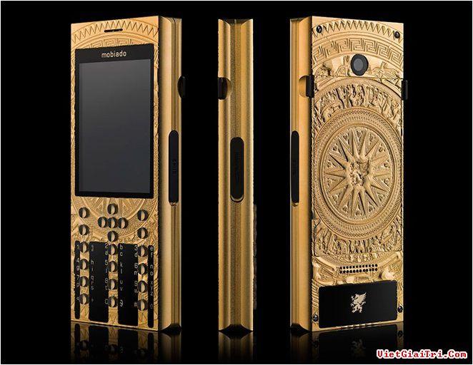 Professional 3 GCB Dong Son Antique là mẫu điện thoại hạng sang thứ hai của Mobiado lấy cảm hứng thiết kế từ hình tượng trống đồng Đông Sơn của Việt Nam, nhưng là phiên bản đầu tiên sử dụng kỹ thuật khắc 3D trực tiếp lên bề mặt máy.