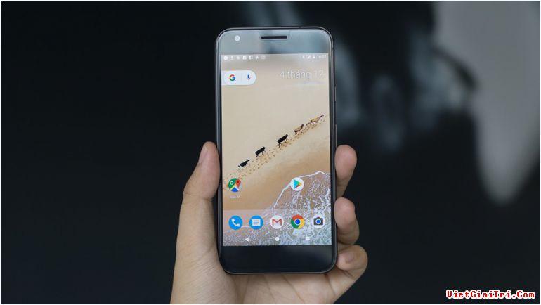 """Thiết kế của Pixel được ví von như """"iPhone của Goolge"""". Hãng đang cố gắng kết hợp những gì tốt nhất giữa phần cứng và phần mềm trên một chiếc smartphone. Google nói """"những công ty khác đang tạo ra những chiếc điện thoại Android xấu xí"""", đó là lý do Pixel ra đời."""