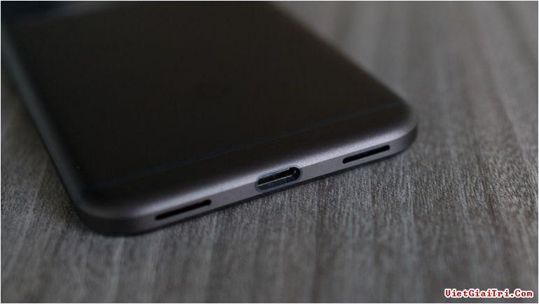 Google Pixel dùng cổng USB-C, hỗ trợ sạc nhanh 15 phút cho 7 tiếng sử dụng.