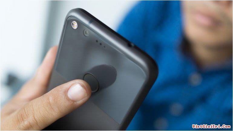 Máy dùng chip Snapdragon 821, RAM 4 GB. Pixel chạy Android 7.1 với giao diện thuần Google. Điều mà hãng tự hào nhất về model này là camera trên Pixel được DXOMark chấm 89 điểm – mức cao nhất trong các smartphone hiện nay, hơn 3 điểm so với iPhone 7.