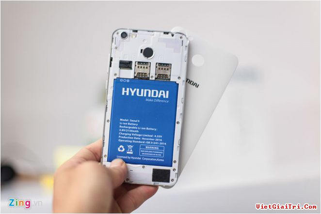 Máy hỗ trợ 2 SIM, khe cắm thẻ nhớ ngoài, thỏi pin 2.150 mAh có thể tháo rời.