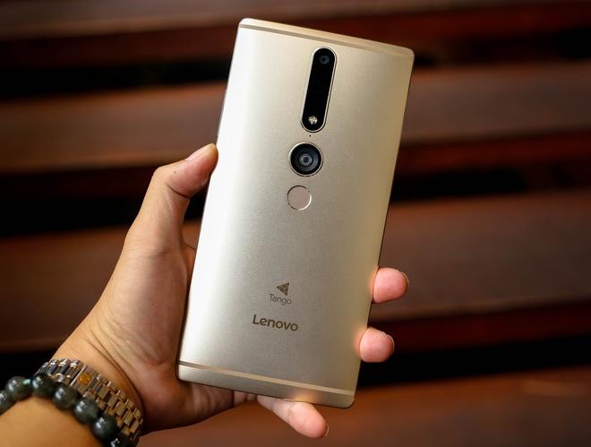 Điểm đặc biệt của máy là 3 camera ở mặt sau, trong đó, camera chính độ phân giải 16 megapixel cùng camera đo chiều sâu, camera theo dõi chuyển động bằng hồng ngoại. Cả ba camera này đều sử dụng kính đặc biệt từ dự án Tango của Google. Hệ thống này giúp Phab 2 Pro có thể nhận diện được không gian 3D.