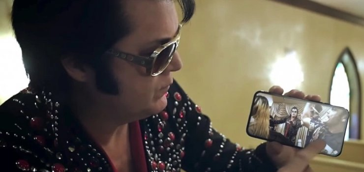 Hình ảnh được cho là Ca sĩ Tiziano Ferro đang cầm trên tay Iphone 8.