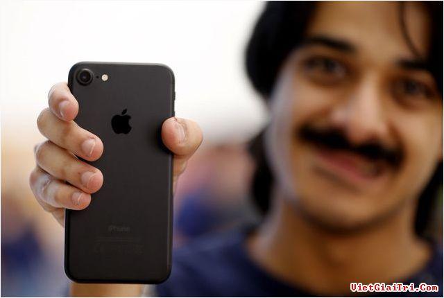 iPhone 8 ra mắt tạo điều kiện cho người dùng mua iPhone 7 với giá hấp dẫn hơn. Ảnh: Arabian Business.