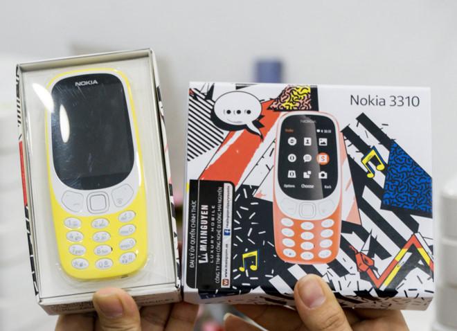 Hộp đựng Nokia 3310 mới (trái) và bản cũ (phải). Ảnh: Mai Nguyên.