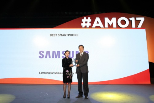Đại diện Samsung Electronics lên nhận giải thưởng.