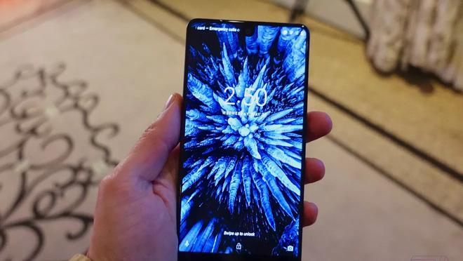 Essential Phone có viền cạnh siêu mỏng, diện tích màn hình chiếm 93% diện tích mặt trước.