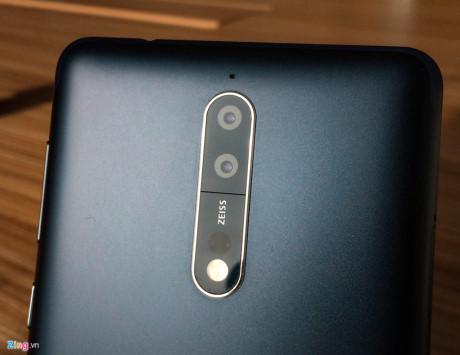 Cụm camera kép của máy xuất hiện tên thương hiệu Zeiss, đánh dấu sự hợp tác trở lại của Nokia với nhà sản xuất ống kính hàng đầu hiện nay. Cả camera trước và sau đều sở hữu ống kính này. Ngoài ra smartphone này còn có công nghệ lấy nét theo phase (PDAF), bộ dò nét hồng ngoại và đèn flash kép.