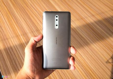 Nokia 8 có ngôn ngữ thiết kế giống với người tiền nhiệm Nokia 6 nhưng nhỏ hơn. Mặt lưng được làm từ kim loại với điểm nhấn là logo Nokia cùng cụm camera nằm dọc đặc trưng. Độ hoàn thiện của sản phẩm này rất tỉ mỉ. Các cạnh bên được vát cong tạo cảm giác cầm thoải mái.