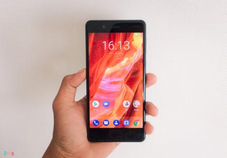 Mặt trước của Nokia 8 là màn hình kích thước 5,3 inch, độ phân giải 2K cùng tấm nền IPS. Tương tự như các smartphone cao cấp gần đây, máy cũng được vát cong viền 2.5D và kính cường lực Corning Gorilla Class 5. Khả năng hiển thị của máy tốt, nhưng viền màn hình vẫn còn khá dày. Phía trên là camera trước độ phân giải 13 MP.