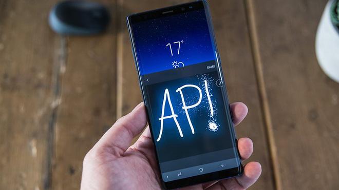So với Note 8 hay hàng loạt các flagship Android khác, thiết kế của iPhone X không hề mới mẻ.