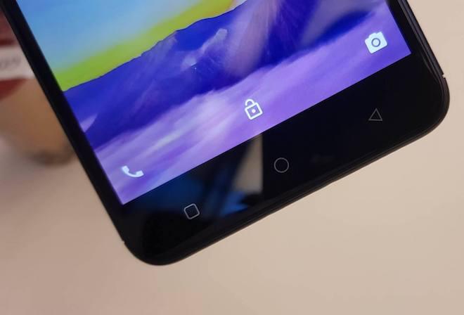3 phím cảm ứng điều hướng được đặt ngoài vùng màn hình cảm ứng.