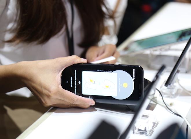 """Samsung Pay giúp """"hô biến"""" smartphone thành thẻ ATM."""